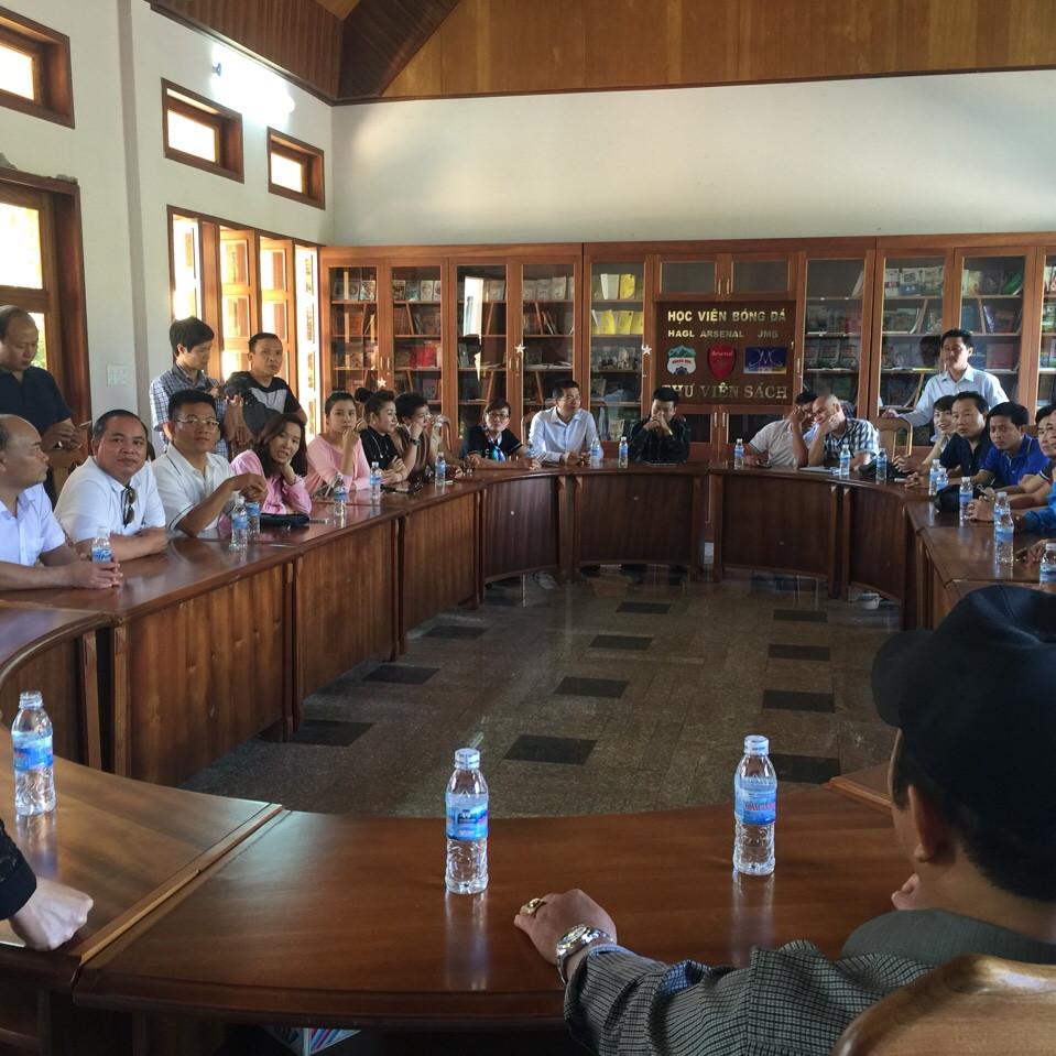 Công ty cổ Phần địa ốc Bình Dương -Ông Lê Ngọc Lâm cùng các anh chị trong hội doanh nhân trẻ Việt Nam thăm và làm việc tại học viện bóng đá HAGL - JMG